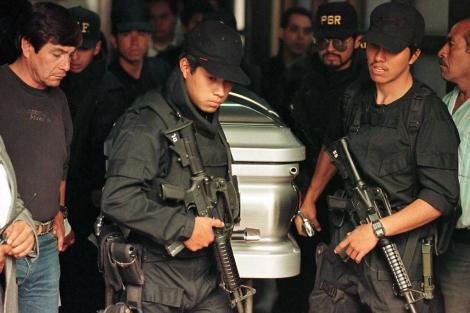 Soldados tranportan el cuerpo del narco Amado Carrillo Fuentes. | Reuters