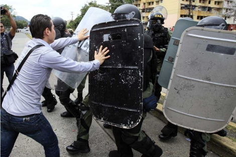 Un estudiantes se enfrenta a la policía por la polémica ley.   Efe
