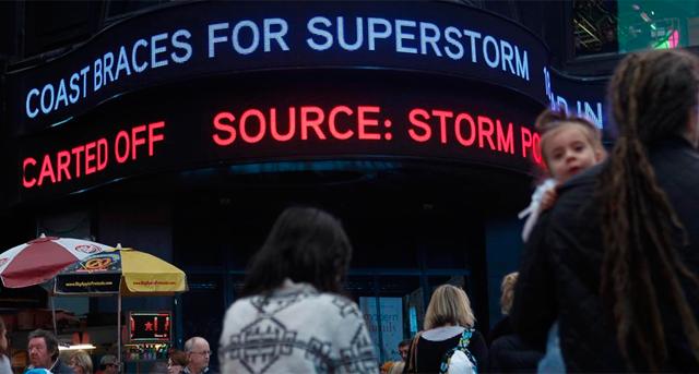 Las pantallas de Times Square anuncian una 'supertormenta'. | Reuters