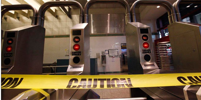 Las autoridades han precintado las entradas de de Metro, que cerrará esta noche. | Reuters [VEA MÁS IMÁGENES]