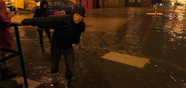 Varias personas intentan llegar a sus casas en Brooklyn. | Reuters