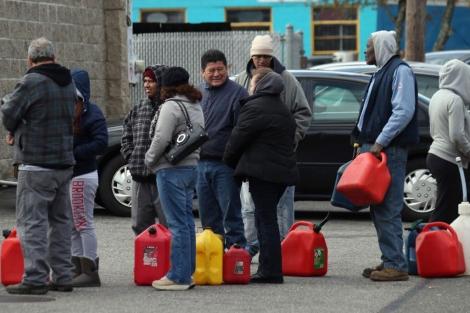 La gente hace cola para llevarse combustible en NY.| Afp