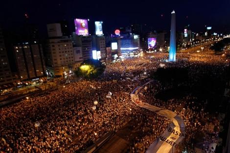 Una multitud rodea el Obelisco. | Reuters