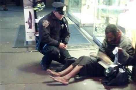 Momento en el que el agente le entrega los calcentines y las botas. | Facebook