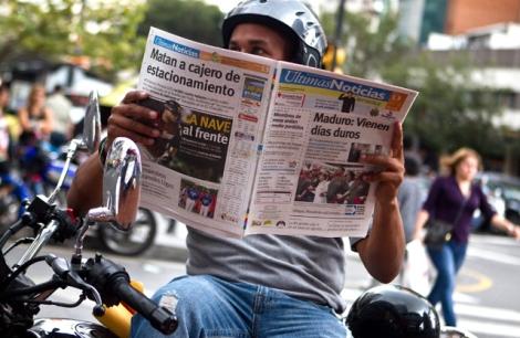 Un hombre lee la prensa en Caracas para informarse del estado de Chávez. | Efe