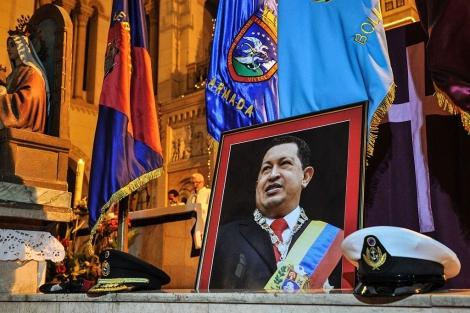Un retrato de Hugo Chávez preside una misa en La Habana. | Afp