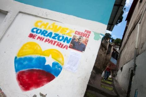 Pintura en Caracas en apoyo de Hugo Chávez. | Efe