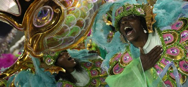 Integrantes de la escuela de samba Mangueira desfilando en el sambódromo del Carnaval de Río el día 11. | Efe