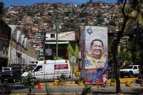 Cartel de apoyo a Hugo Chávez en Caracas.   Efe