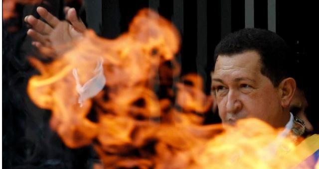 Chávez junto a una llama en honor de Simón Bolívar.   Reuters