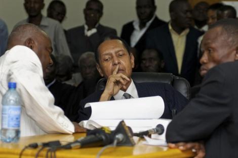 El ex dictador Duvalier escucha los cargos contra él.| Reuters