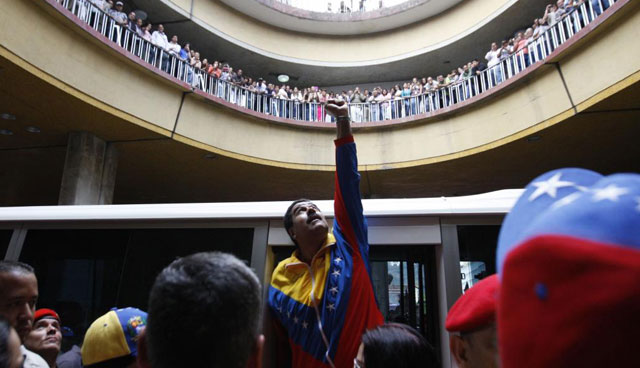 Maduro mira al cielo, ayer, tras registrarse como candidato a las elecciones. | Reuters