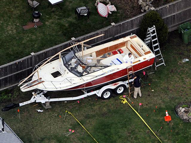 Dos policías toman huellas del barco (aún con restos de sangre) donde se escondió Tsarnaev. | Afp