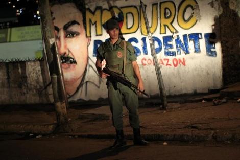 Un soldado vigila un barrio de Caracas. | Reuters
