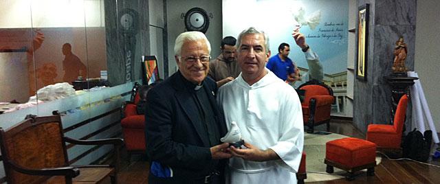 Fray Francisco Belotti (dcha.) con el Padre Ángel, en el hospital que visitará el Papa en Brasil. | J. M. V.