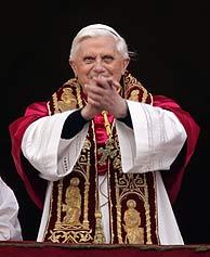 Joseph Ratzinger saluda a los fieles. (Foto: Reuters)