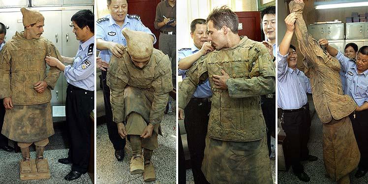 Policías ayudan a Wendel a quitarse el disfraz. (Foto: AFP)