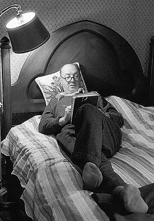 Vladimir Nabokov, escribiendo en su cama. (Foto: CARL MYDANS)