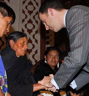 El Príncipe, junto a la madre, ciega, de Palate. (Foto: AFP)