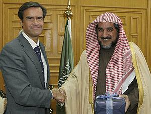 López Aguilar saluda al ministro saudí de Asuntos Religiosos. (Foto: EFE)