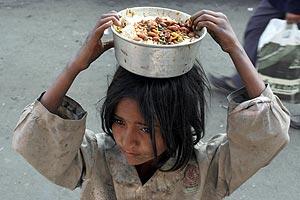 Una niña sin hogar porta comida en la localidad india de Jammu. (Foto: REUTERS)