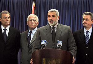 El jefe del Gobierno palestino, Ismail Haniya, con algunos de los nuevos ministros. (Foto: AP)