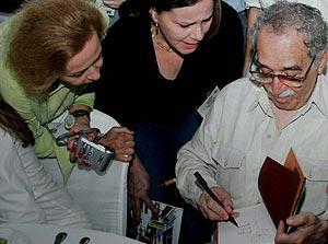Gabriel García Márquez firma autógrafos en una reunión reciente con periodistas. (Foto: EFE)