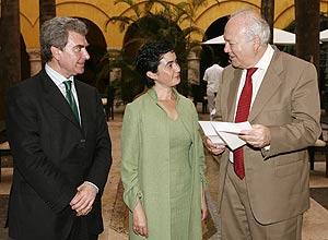 La ministra de Cultura de Chile entrega la carta a Moratinos, en presencia del director del Instituto Cervantes, César Antonio Molina. (Foto: EFE)