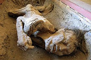 Imagen de la momia, en el clausurado museo local de Quillahua. (Foto: EFE)