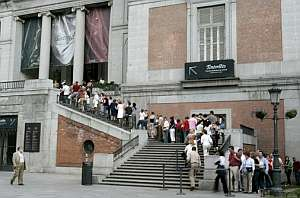 Vista de una larga cola de personas que quieren entrar en el Museo del Prado de Madrid. (Foto: EFE)