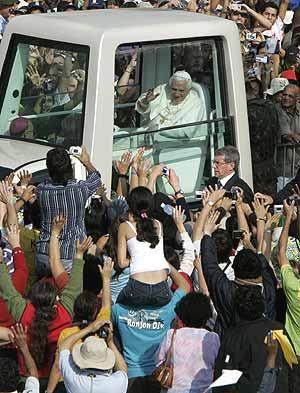 El Papa saluda a los fieles desde el  papamóvil  durante su reciente visita a Brasil.
