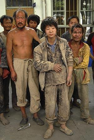 Un grupo de trabajadores, rescatados por la policía china. (Foto: REUTERS)