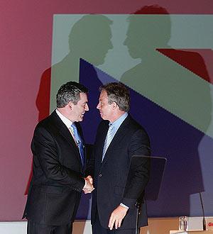 Blair da oficialmente el relevo a Brown. (Foto: AP)