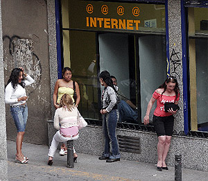 Varias prostitutas en la calle Montera. (Javi Martínez)