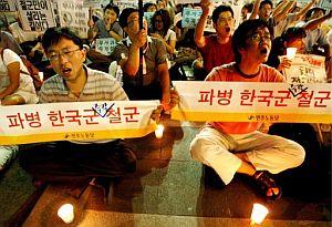 Varios manifestantes protestan en Seúl contra el secuestro de 23 surcoreanos en Afganistán. (Foto: EFE)