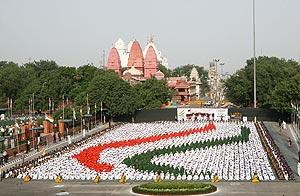 Una multitud de niños forman la bandera india en el Fuerte Rojo de Nueva Delhi, como parte de los actos del 60º aniversario de la independencia. (Foto: AFP)