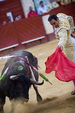 """""""El Cid"""" da un pase a su primer toro de la tarde. (Foto: EFE)"""