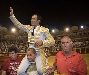 """""""El Cid"""" sale a hombros por la puerta grande. (Foto: EFE)"""