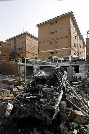 Uno de los vehículos calcinados tras el atentado de ETA en Durango. (Foto: Iñaki Andrés)