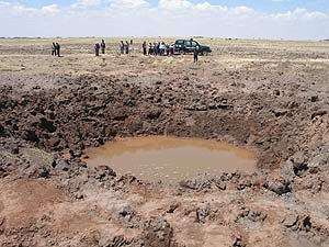 Imagen del cráter provocado por el meteorito que cayó la madrugada del sábado en Perú. (Foto: EFE)