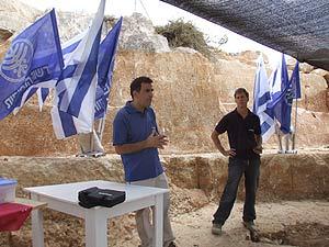 Los arqueólogos en la cantera descubierta. (Foto: EFE)