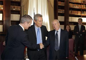 El director del museo Getty saluda al Ministro de Cultura italiano durante la firma del acuerdo. (Foto: AP)