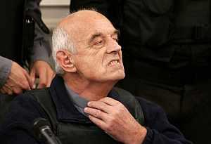 Von Wernich, el 'cura del diablo', se ajusta el alzacuellos durante el juicio. (Foto: AP)