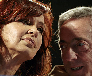 Cristina y Néstor, en un acto de campaña. (Foto: EFE)