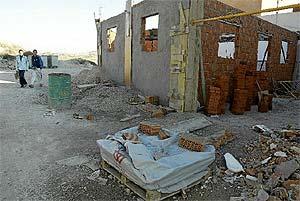 Imagen de la construcción derribada por el Ayuntamiento en la Cañada Real y que ahora los vecinos reconstruyen. (Foto: Kike Para)