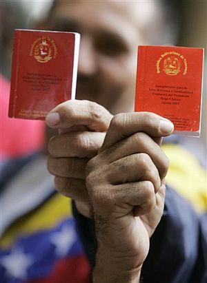 Seguidores de Chávez, con dos ejemplares de la Constitución. (Foto: AP)