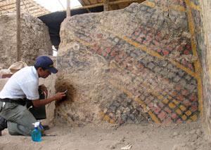 Un arqueólogo limpia un muro policromado. (Foto: Explora Films)