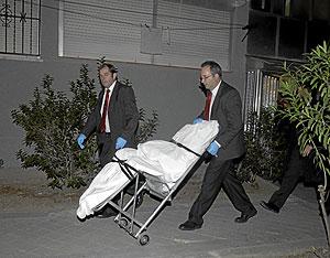 Cadáver de una mujer asesinada en Madrid por su compañero sentimental el pasado mes de octubre. (Foto: Paco Toledo)