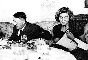 Hitler, en una cena con Braun. (Foto: AP)