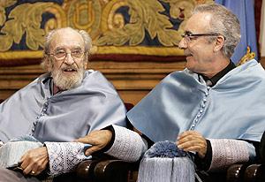 Ángel González y Juan José Millás, en diciembre, tras ser investidos doctores honoris causa por la Universidad de Oviedo. (Foto: REUTERS)